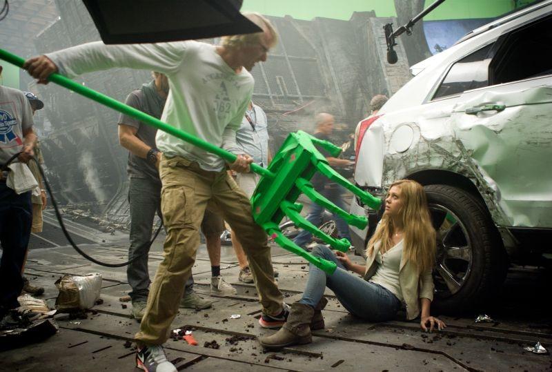 Transformers Age Of Extinction Michael Bay Illustra Minacciosamente Una Scena A Nicola Peltz 293926
