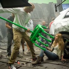 Transformers: Age of Extinction: Michael Bay illustra minacciosamente una scena a Nicola Peltz