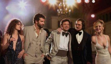 American Hustle: Amy Adams, Christian Bale, Jeremy Renner, Jennifer Lawrence e Bradley Cooper in una scena