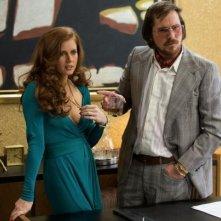 American Hustle: Amy Adams e Christian Bale in una scena
