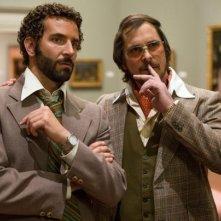 American Hustle: Bradley Cooper e Christian Bale in una scena