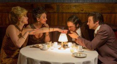American Hustle: Jennifer Lawrence, Christian Bale e Jeremy Renner a cena