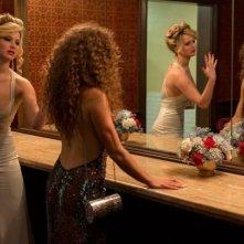 American Hustle: Jennifer Lawrence ed Amy Adams a confronto nel bagno delle signore