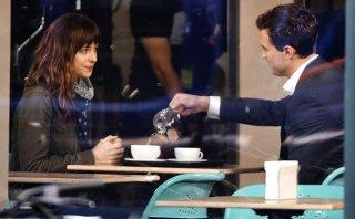 Cinquanta sfumature di grigio: Jamie Dornan e Dakota Johnson prendono il tè durante un ciak