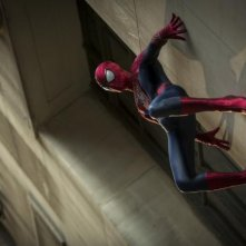 The Amazing Spider-Man 2: Andrew Garfield appeso a una parete