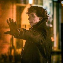 Benedict Cumberbatch in una scena della stagione 3 di Sherlock