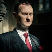 Mark Gatiss in un'immagine promozionale della stagione 3 di Sherlock