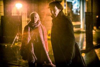 Sherlock: Amanda Abbingotn e Benedict Cumberbatch in un'immagine della terza stagione della serie