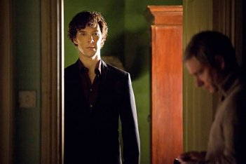 Sherlock: Martin Freeman e Benedict Cumberbatch in un'immagine della terza stagione della serie