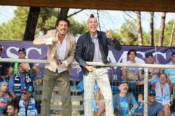 Colpi di fortuna: Luca Bizzarri con Paolo Kessisoglu tifosi scatenati in una scena
