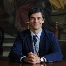 Un boss in salotto: Luca Argentero sorride in una scena del film