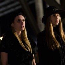American Horror Story: Emma Roberts e Taissa Farmiga in una scena dell'episodio The Sacred Taking della terza stagione