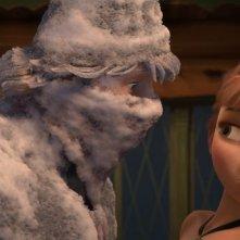 Frozen: Kristoff con Anna in una buffa scena del film