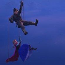Frozen: Kristoff con Anna sospesi nel vuoto in una scena del film