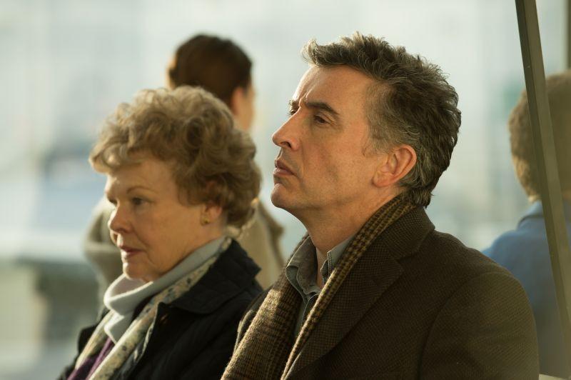 Philomena: Judi Dench e Steve Coogan riflettono sul da farsi in un'immagine del film