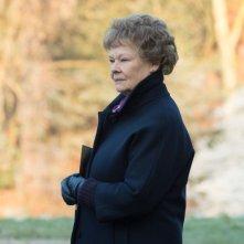 Philomena: Judi Dench si guarda intorno con fierezza in una scena