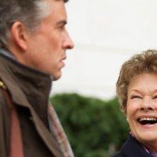 Philomena: Judi Dench sorride a Steve Coogan in un'immagine del film