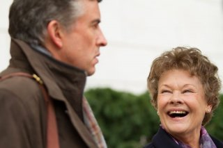 Philomena: Judi Dench sorride a Steve Coogan in un'immagine del film