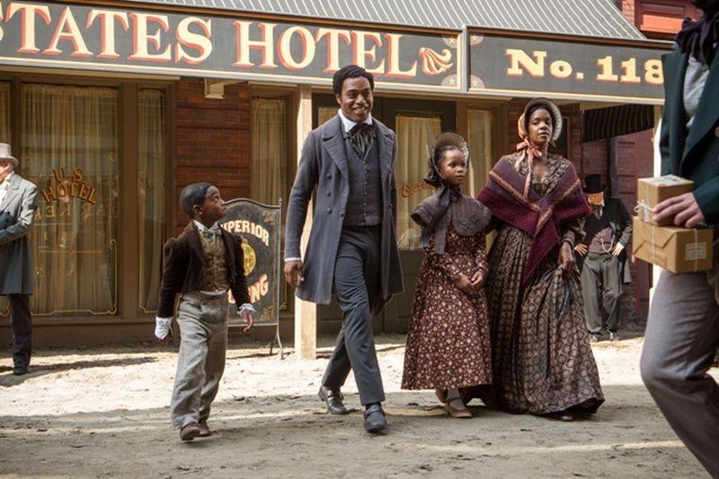 12 Anni Schiavo Chiwetel Ejiofor In Una Scena Del Film Con Quvenzhane Wallis E Kelsey Scott 294884