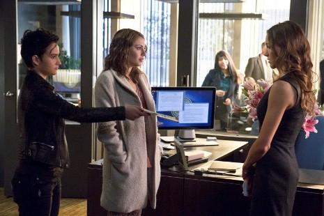 Arrow Bex Taylor Klaus Willa Holland E Katie Cassidy In Una Scena Dell Episodio Three Ghosts 294935
