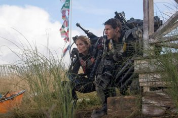 Edge of Tomorrow - Senza domani: Tom Cruise ed Emily Blunt in una scena action del film
