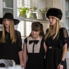 Emma Roberts, Taissa Farmiga e Jamie Brewer in Head, della terza stagione di American Horror Story