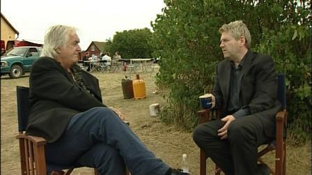 Henning Mankell a colloquio con Kenneth Branagh sul set de Il commissario Wallander
