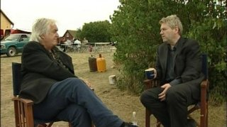 Henning Mankell a colloquio con Kenneth Branagh sul set de Il commissario Wallander