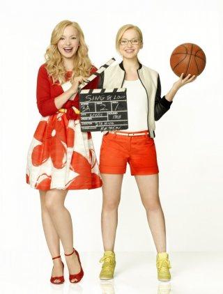 Live and Maddie: Dove Cameron nel suo doppio ruolo delle gemelle Rooney in un'immagine promozionale della prima stagione