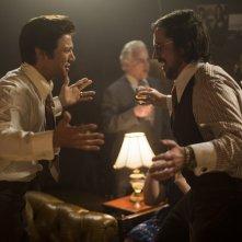American Hustle: Christian Bale e Jeremy Renner in una scena del film