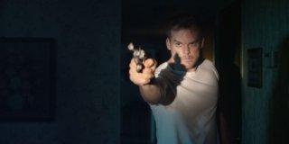 Cold in July: Michael C. Hall con la pistola in pugno