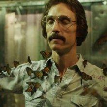Dallas Buyers Club: Matthew McConaughey ricoperto di farfalle in una suggestiva scena del film