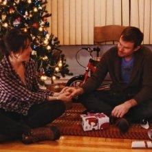 Happy Christmas: Melanie Lynskey e Joe Swanberg in una scena del film
