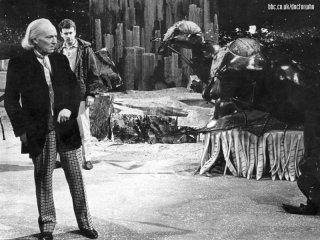 Doctor Who: il primo Dottore William Hartnell in una scena della serie classica