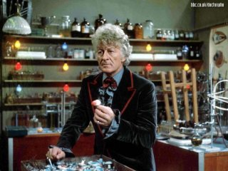 Doctor Who: il terzo Dottore Jon Pertwee in una scena
