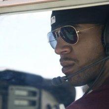 Need for Speed: un primo piano di Kid Cudi alla guida di un elicottero