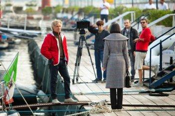 Un posto al sole coi fiocchi: Nina Soldano (di spalle) sul set tv movie celebrativo