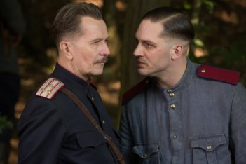 Child 44: Tom Hardy guarda con fare minaccioso Gary Oldman