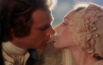 Ryan O'Neal bacia Marisa Berenson in una sequenza di Barry Lyndon (1975)