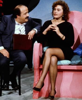 Costanzo ascolta Lory Del Santo durante una puntata del Maurizio Costanzo Show