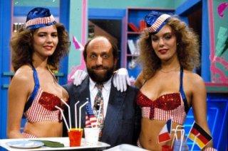 Enrico Beruschi ai tempi di Drive In, con due ragazze del programma di culto