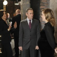 The Good Wife: Julianna Margulies, Alan Cumming e Melissa George in una scena dell'episodio Goliath and David