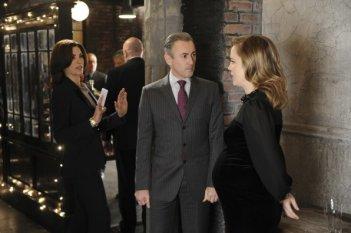 The Good Wife: Julianna Margulies, Alan Cumming e Melissa George in una scena dell'episodio Goliath and David