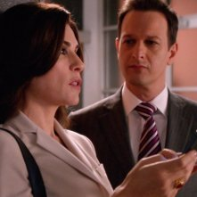 The Good Wife: Julianna Margulies e Josh Charles in una scena dell'episodio Goliath and David