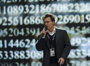 Transcendence: Johnny Depp parla delle sue teorie in una conferenza