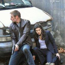 Intelligence: Josh Holloway e Meghan Ory in una scena del pilot della serie