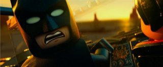 The Lego Movie: Batman parla con un degli omini Lego