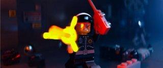 The Lego Movie: un poliziotto Lego spara