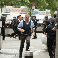 Jack Ryan - L'iniziazione: Kevin Costner circondato da poliziotti