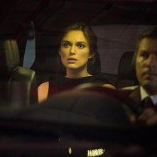Jack Ryan: Shadow Recruit - Keira Knightley sul sedile posteriore di un'auto